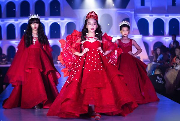 Nhiều người bất ngờ khi thấy các cô nhóc dù phải đội vương miện và diện váy nhiều lớp rất nặng nhưng vẫn sải bước chuyên nghiệp chẳng thua mẫu người lớn.