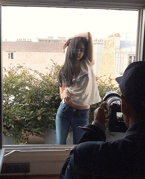Na Eun tạo dáng quyến rũ, khoe thân hình thon thả trước ống kính.