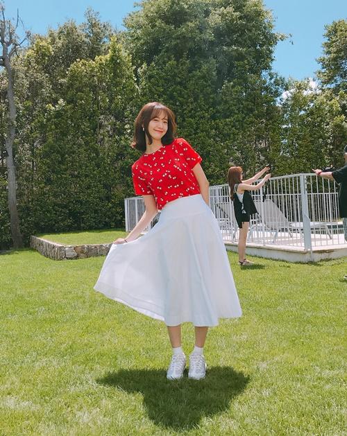 Yoon Ah khoe style trẻ trung, nữ tính và vẻ rạng ngời như bừng sáng trong nắng.