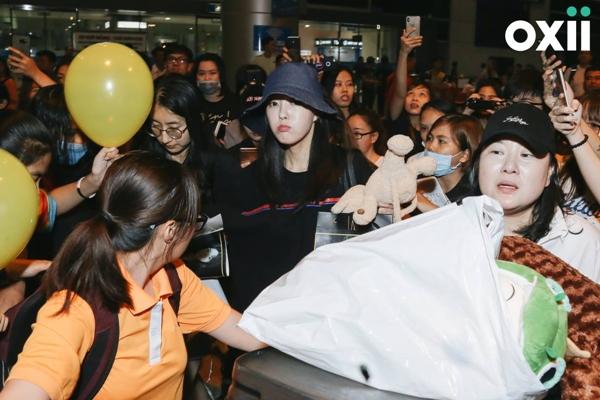 Hyomin bị fan vây kín ở sân bay giữa đêm. Ảnh: Windy Nguyễn.