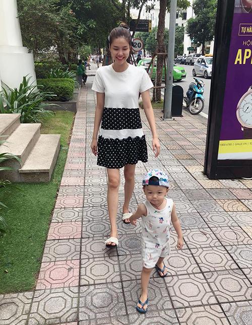 Kỳ Hân lộ dáng gầy guộc với chiếc váy ngắn trên gối khi đưa con trai đi chơi.