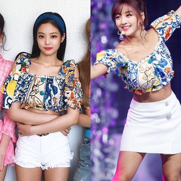 Cùng mặc một chiếc áo croptop họa tiết bắt mắt, Jennie phối vớishort trắng, băng đô gợi nhớ style thập niên 90. Ji Hyo (Twice) lại mang đến một hình ảnh mới mẻ, năng động hơn khi buộc tóc đuôi ngựa. Đặc biệt, Ji Hyo được đánh giá cao hơn Jennie khi cô nàng giấu quai áođể biến hóa thành áo quây quyến rũ.