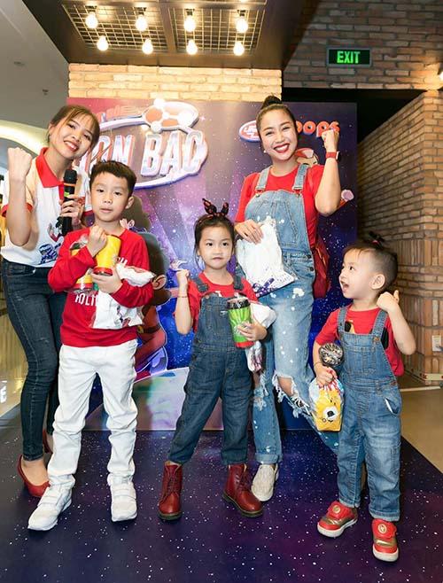 Không có ông xã tháp tùng như thường lệ, nhưng Ốc Thanh Vân vẫn vui vẻ hết cỡ bên cạnh 3 bé Coca, Cola và Cacao trong buổi chiếu phim Biệt đội Ion bạc.