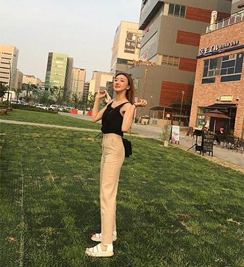 Có chiều cao nổi bật nên thời trang đời thường của Hye Ryun dù đơn giản nhưng vẫn bắt mắt.