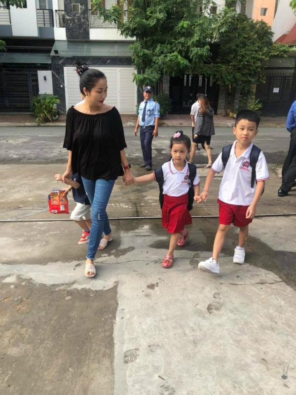 Cũng như nhiều ông bố, bà mẹ khác, sáng 5/9 nhiều sao Việt đã đưa con đến trường chào mừng năm học mới. MC - diễn viên Ốc Thanh Vân dẫn các con đến trường, trong đó có cả con gái của diễn viên Mai Phương. Thời gian qua, khi mẹ bé bị bệnh ung thư, nằm viện điều trị, Ốc Thanh Vân là người chăm sóc cho bé.