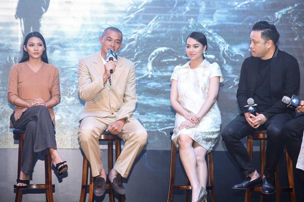 Các diễn viên thi nhau kể khổ về quá trình quay phim vất vả.