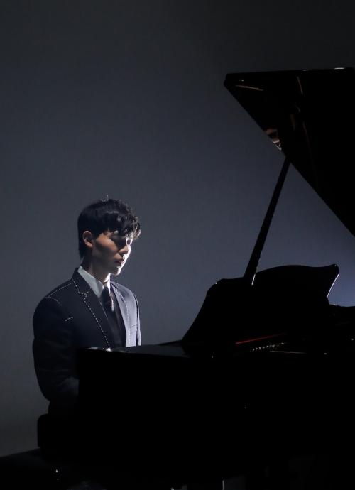 Hình ảnh của Erik trong MV.