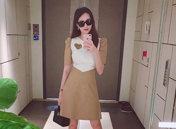Thiết kế phối màu nâu be thanh lịch này cũng đến từ một thương hiệu Việt Nam, có giá bán là 800k. Chiếc váy được Thu Thảo diện trong lần đầu tái xuất trên mạng xã hội sau sinh, giúp cô khoe vòng eo gọn gàng như thời con gái.