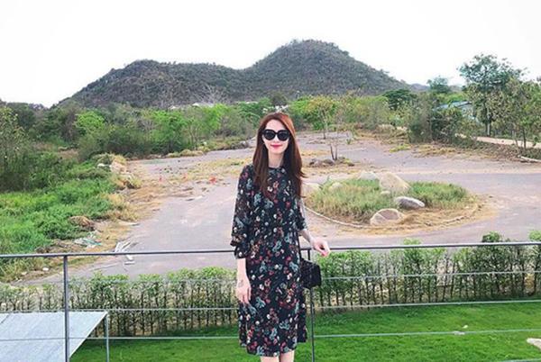 Đồ diện ra phố của bà xã doanh nhân Trung Tín cũng có nhiều món đến từ các thương hiệu bình dân nước ngoài như Zara, H&M. Trong hình, cô đang diện một chiếc váy hoa Zara, giá bán khoảng hơn 1,5 triệu đồng.