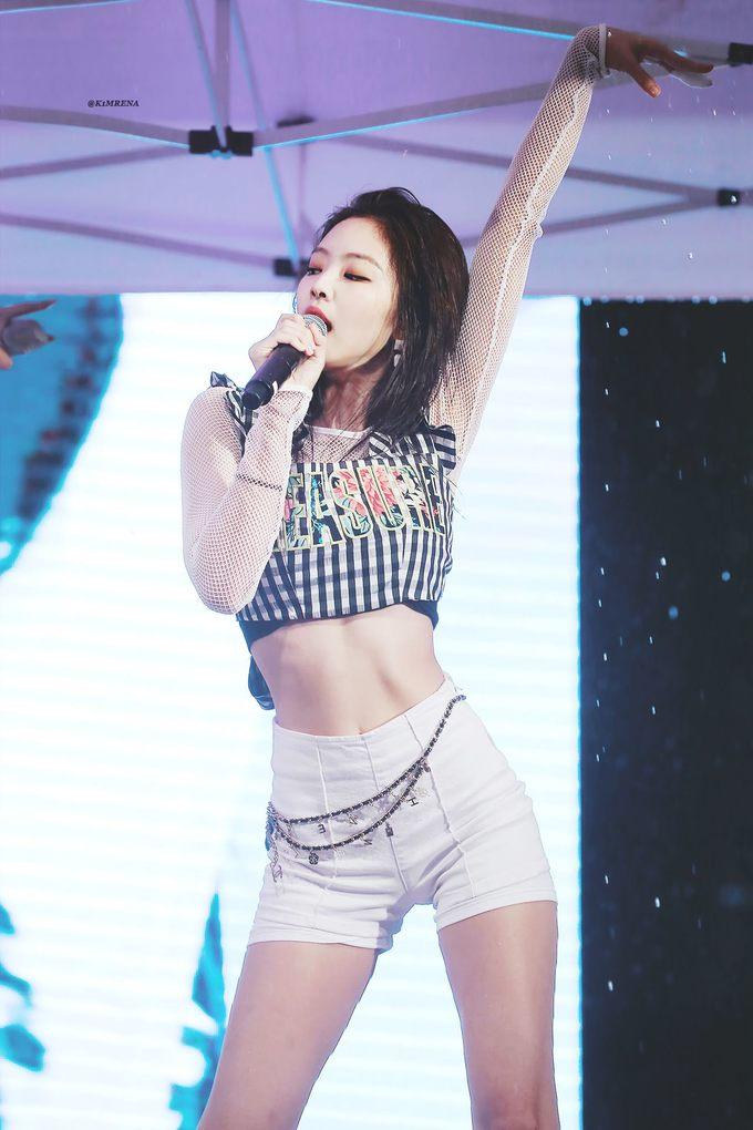 """<p> Để phục vụ cho những màn vũ đạo nóng bỏng, idol Hàn luôn phải diện đồ gợi cảm hết cỡ khi lên sân khấu. Croptop là một trong những trang phục diễn quen thuộc nhất của các sao để khoe vòng eo """"con kiến"""". Trong hình, Jennie (Black Pink) diện chiếc áo ngắn, tôn lên vòng hai chỉ bằng một gang tay.</p>"""