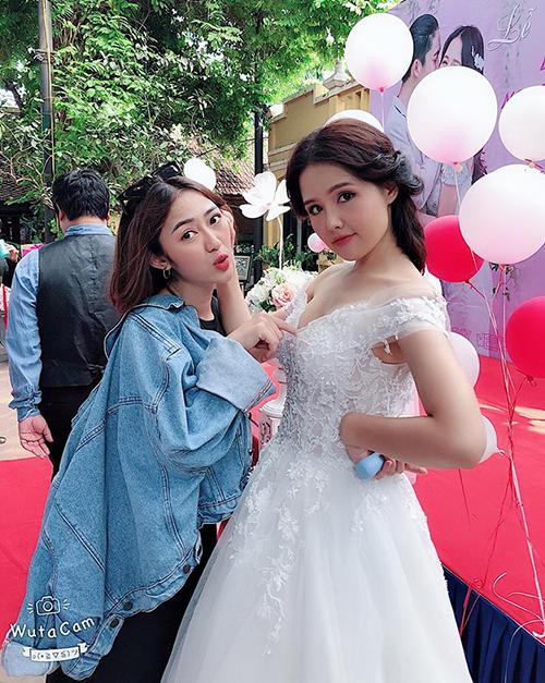 Trang Cherry nhí nhảnh bên Phanh Lee trong hậu trường phim Yêu thì ghét thôi.