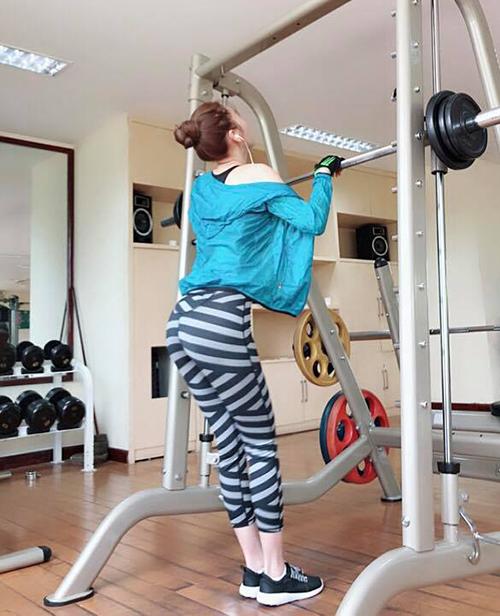 Quế Vân đi tập gym là phụ, chụp hình khoe dáng chuẩn là chính.