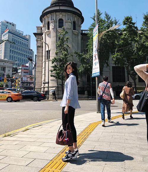 Dương Tú Anh đi Hàn Quốc với ông xã giữa tin đồn bầu bí.