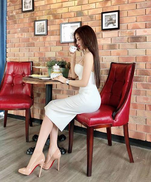 Louboutin là thương hiệu phụ kiện yêu thích của Thư Dung. Cô nàng sở hữu nhiều mẫu giày đế đỏ trứ danh, giúp tôn lên vóc dáng và chiều cao 1,7 m.