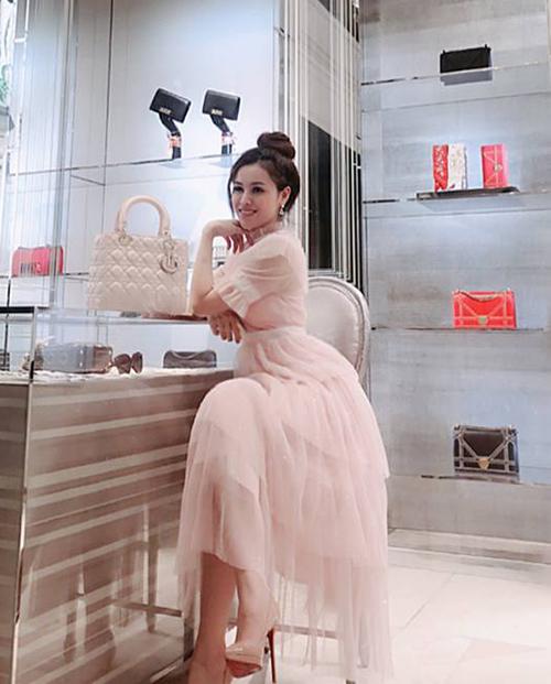 Túi xách Lady Dior cũng là món phụ kiện yêu thích của người đẹp khi diện đồ bánh bèo. Mức giá khoảng 100 triệu đồng cho thấy độ chịu chơi của nàng Á hậu.
