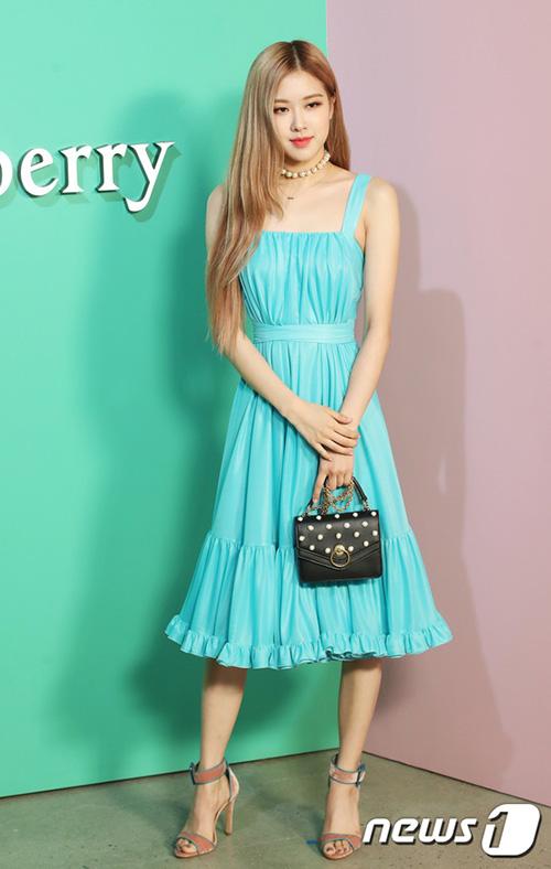 Rosé vẫn giữ nguyên hình ảnh nữ tính với mẫu váy xanh biển đầy cổ điển, khéo lộ ưu điểm vòng eo thon gọn.