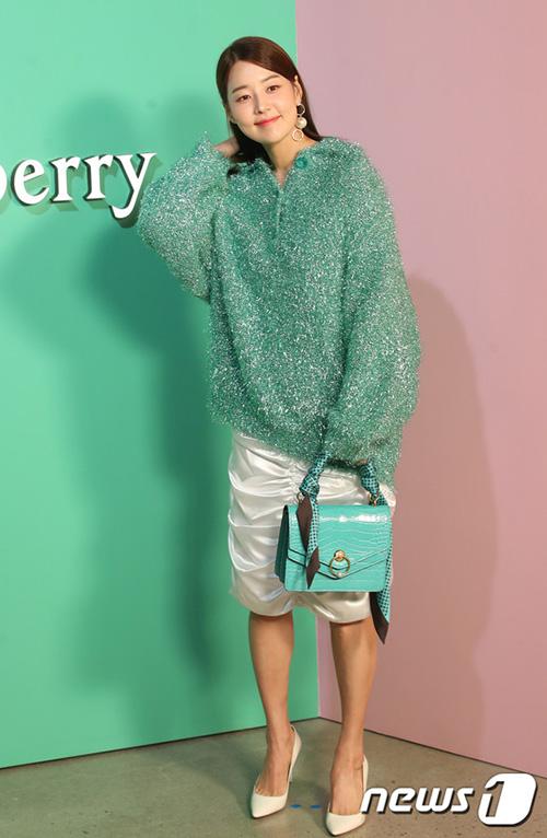 Han Ji Hye có bộ trang phục đủ nóng bức giữa mùa hè.