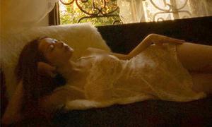 Chi Pu gây sốc khi lộ ngực vì diện váy ren mỏng như sương