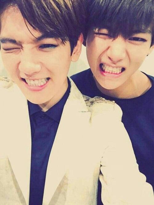 Đây là cặp sao giống nhau nổi tiếng nhất Kpop. Baek Hyun của EXO (trái) và V của BTS tương đồng về đôi mắt và nụ cười. Có nhiều góc chụp, trông hai anh chàng y hệt anh em sinh đôi.