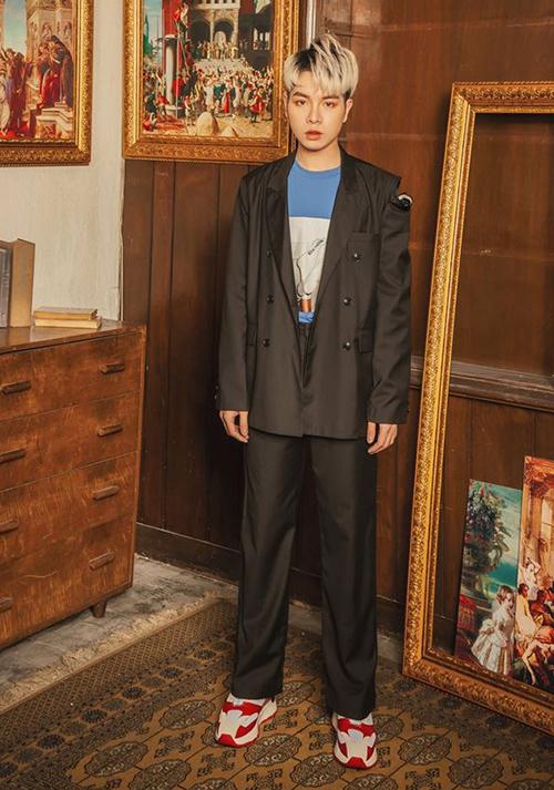 Đức Phúc cũng mặc áo rách vai giống Erik.