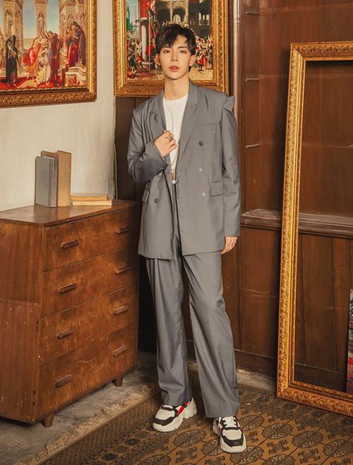Áo rách vai là một sản phẩm trong BST của Erik hợp tác với stylist Kelbin Lei.