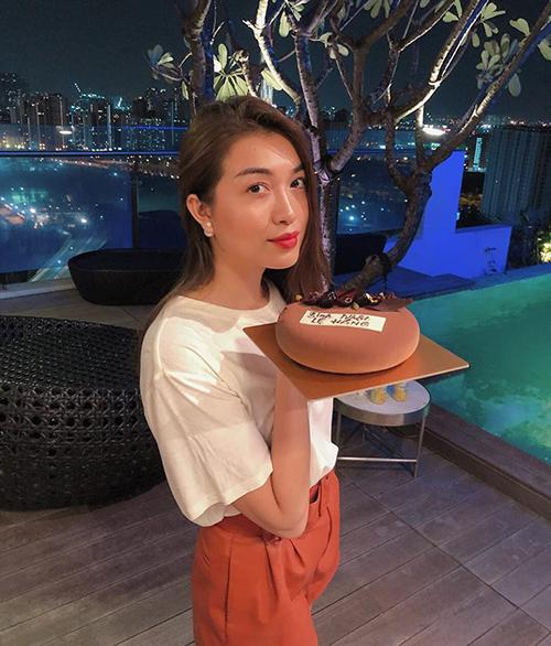 Lệ Hằng được tặng chiếc bánh kem xinh xắn trong ngày sinh nhật.