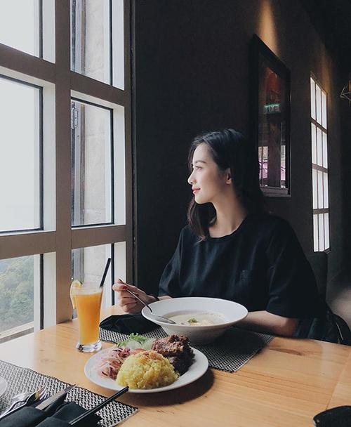 Jun Vũ khoe góc nghiêng thần thánh khi dùng bữa trong một resort sang chảnh tại Đà Nẵng.