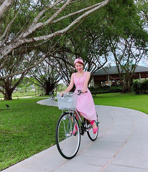 Thúy Ngân diện đồ bánh bèo đi đạp xe tận hưởng một ngày đẹp trời.