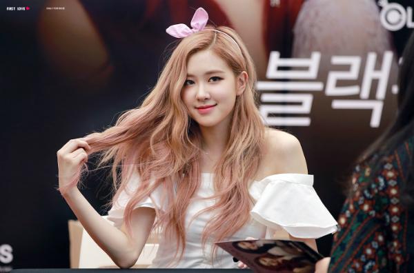 Tại buổi fansign ngày 21/8, Rosé trở thành tâm điểm với loạt khoảnh khắcxuất thần. Làn da trắng bóc và mái tóc hồng pastel xoăn nhẹ khiến cô nàng xinh đẹp như công chúa cổ tích.