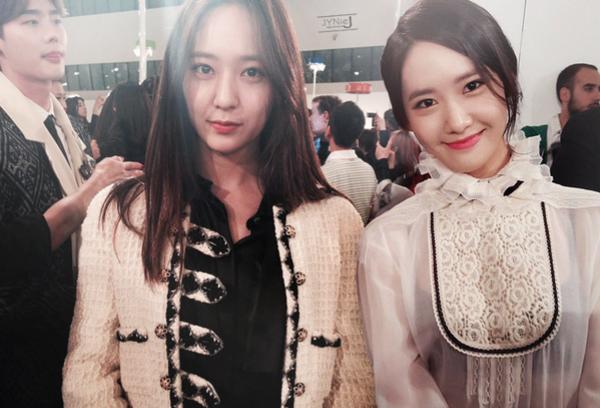 Krystal (trái)được nhiều fan nhận xét là có gương mặt trái xoan, sống mũi cao vút giống với Yoon Ah. Thậm chí fan còn cho rằng thành viên F(x) giống Yoon Ah hơn cả chị ruột Jessica.