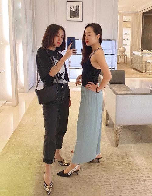 Hai chị em Phương Linh - Phương Ly rủ nhau đi mua sắm hàng hiệu.