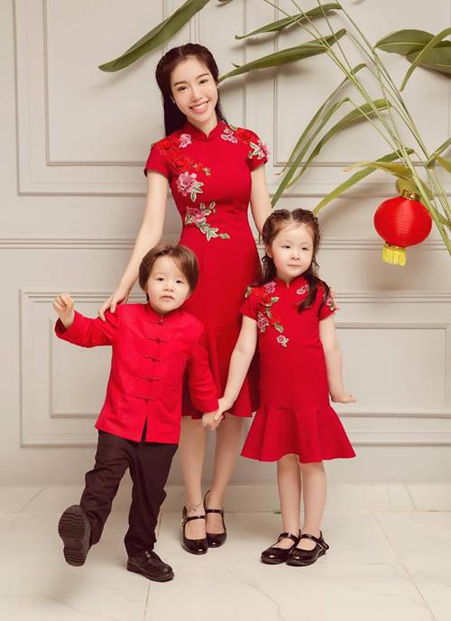 Elly Trần thực hiện bộ ảnh đáng yêu cùng hai con mừng Trung thu sắp về.