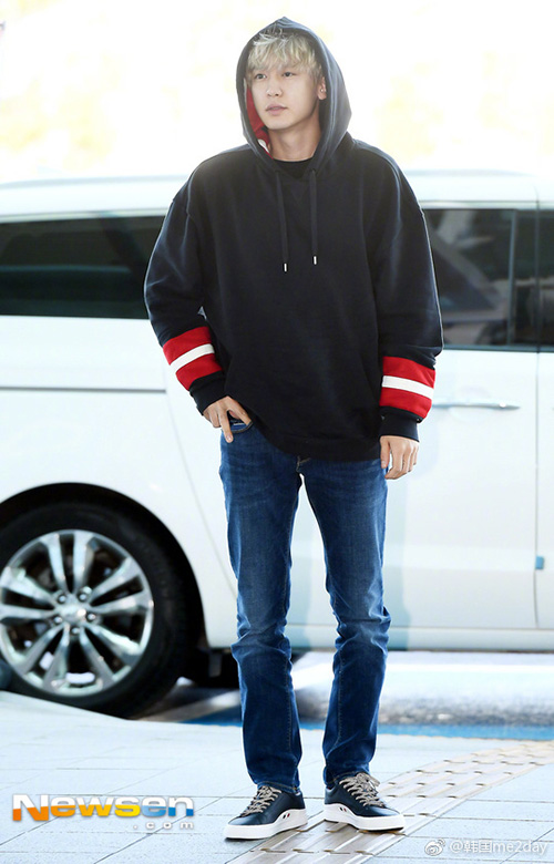 Chan Yeol lên đường dự sự kiện thời trang với trang phục tối giản, đậm chất thể thao. Mỹ nam của EXO cũng nhuộm tóc vàng, chuẩn bị cho đợt comeback.