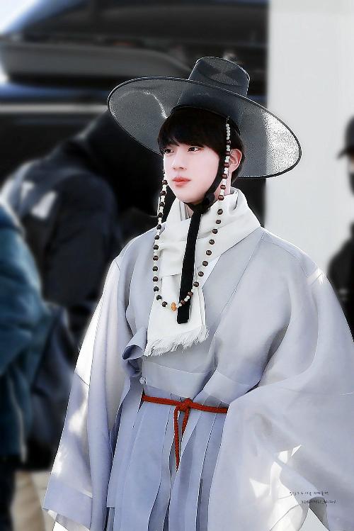 Jin (BTS) nổi tiếng với gương mặt hợp làm diễn viên nhưng anh chàng vẫn chưa chính thức lấn sân. Mỹ nam từng lọt top tìm kiếm khi mặc Hanbok ra sân bay. Thành viên BTS có vẻ đẹp lãng mạn, dịu dàng như bước ra từ một bộ phim cô trang lãng mạn. Anh chàng được nhận xét hợp với vai hoàng tử hoặc công tử xuất thân từ gia đình giàu có.