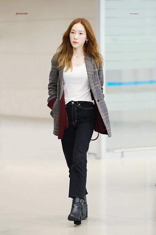 Những mẫu áo blazer bất đầu xuất hiện trong tủ đồ sao Hàn khi trời vào thu. Họa tiết kẻ, tông màu đỏ rượu giúp trang phục Tae Yeon thêm phần sang trọng, hiện đại.