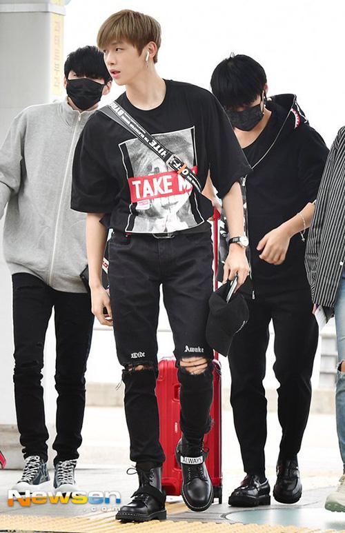 Kang Daniel để lộ tỉ lệ cơ thể đáng kinh ngạc, đặc biệt là đôi chân dài ở sân bay. Các thành viên trong Wanna One dùng khẩu trang che gương mặt mệt mỏi.