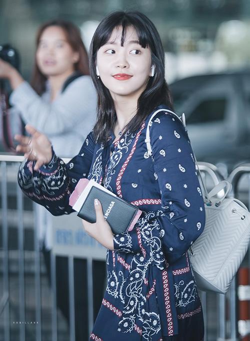 Em út Red Velvet mắt tóc mái cute. Yeri thường chọn trang phục có họa tiết cổ điển.