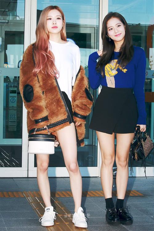 Ji Soo nhẹ nhàng và nữ tính trong set skirt đen + áo thun dài tay màu xanh đậm.