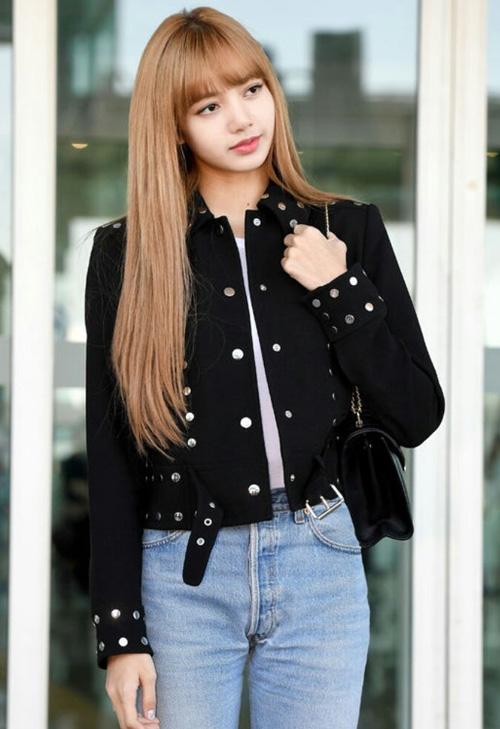 Lisa diện trang phục thoải mái và năng động. Cô nàng mix quần jeans, áo phông trắng và áo khoác lửng màu đen.