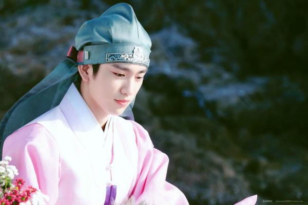 Jin Young (GOT7) từng đảm nhận vai của Lee Min Ho thời niên thiếu trong phim Huyền thoại biển xanh. Gương mặt thanh tú, cặp lông mày chính nghĩa giúp nam ca sĩ gây được ấn tượng mạnh dù chỉ đóng vai nhỏ, thời lượng lên sóng ít.