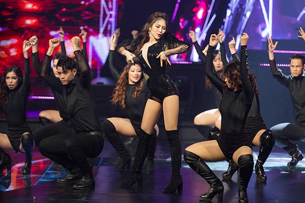 Tối 7/9, trong đêm chung kết The Debut, Hương Tràm mang ca khúc mới Live for this moment (sáng tác Dương Khắc Linh) trình diễn. Nữ ca sĩ gây cuốn hút khi khoe vũ đạo nóng bỏng, giọng hát nội lực.