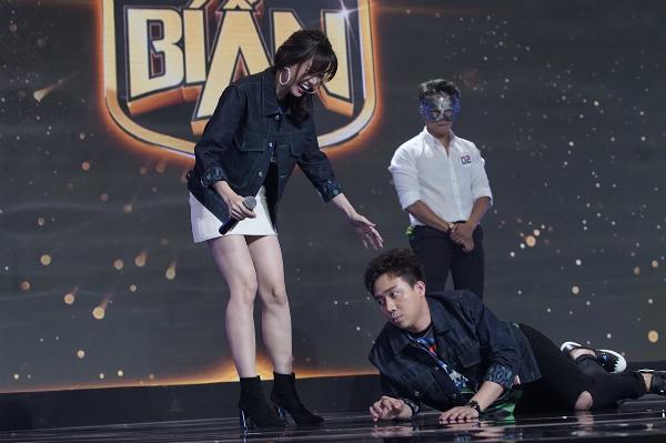 Hari Won ra sức hãm hại Trấn Thành trên sân khấu.
