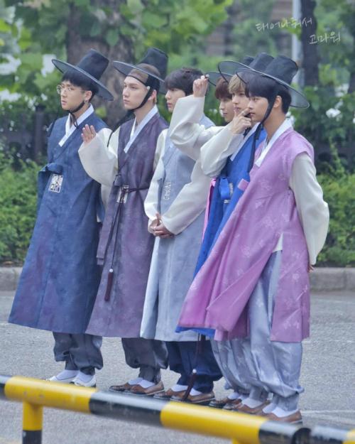 Nhóm VIXX gây xôn xao khi mặc Hanbok đến Music Bank. 6 chàng trai đều sở hữu hình thể chuẩn, thần thái đầy nam tính.