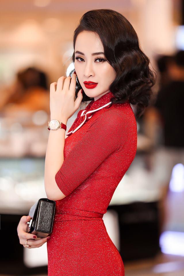<p> Sự tinh tế của cô nàng thể hiện trong việc màu son đỏ cũng rất hợp màu với váy. Váy màu đỏ tươi đi với son đỏ tươi, váy đỏ thẫm đi với son đỏ thẫm...</p>