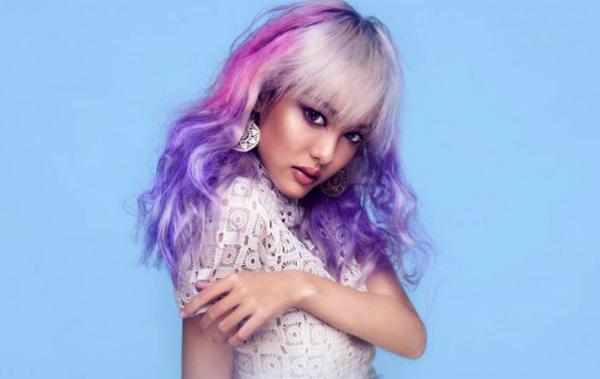 Ngoài hot girl nhỏ bé này, hẳn rất ít người chinh phục được kiểu tóc ombre pha màu trắng, hồng, tím.