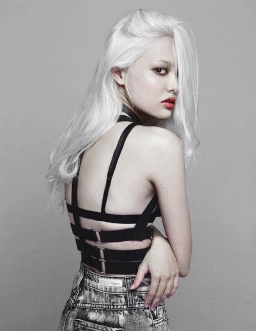 Tóc bạc trắng như các cụ ông cụ bà cũng được chân dài bước ra từ Vietnams Next Top Model thử nghiệm.