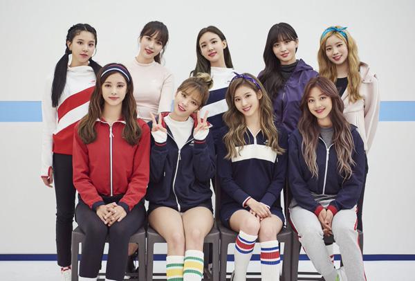 Twice vừa có buổi chụp hình quảng cáo cho thương hiệu thời trang thể thao mà họ là gương mặt đại diện. Diện mạo của các thành viên trong photoshoot này đều rất xinh đẹp, tuy nhiên chỉ có Tzuyu là gây chú ý hơn cả.