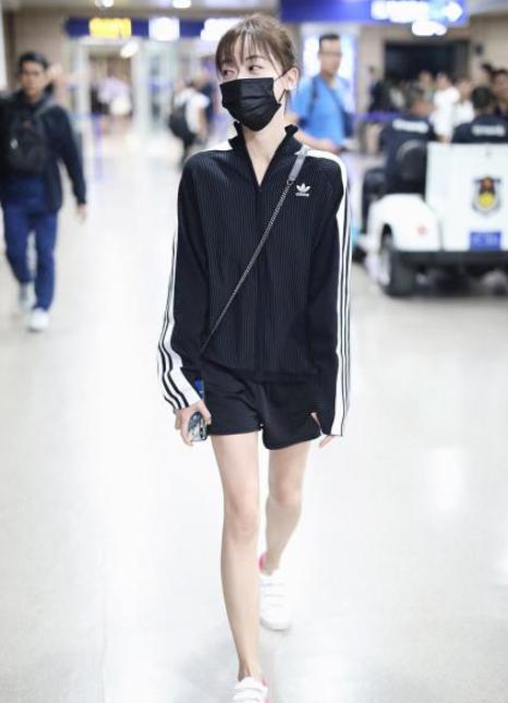 Trong đời thường, Ngô Cẩn Ngôn cũng khó mặc đẹp vì quá gầy  gò, nhất là với trang phục thể thao cần sự đầy đặn, khỏe  khoắn.