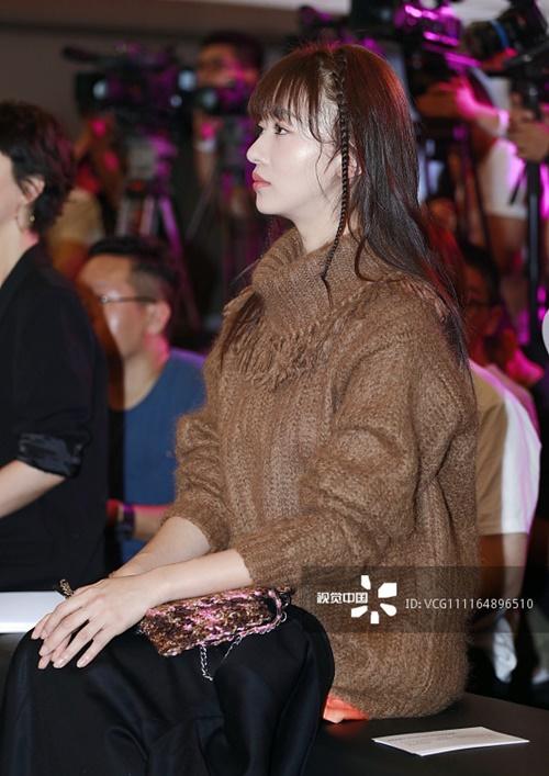 Mùa hè chưa qua, Ngô Cẩn Ngôn đã mặc áo len cổ lọ dài tay, vừa giấu hết đường nét cơ thể vừa khiến cô nàng nóng chảy mồ hôi, tóc bết cả vào hai bên trán.
