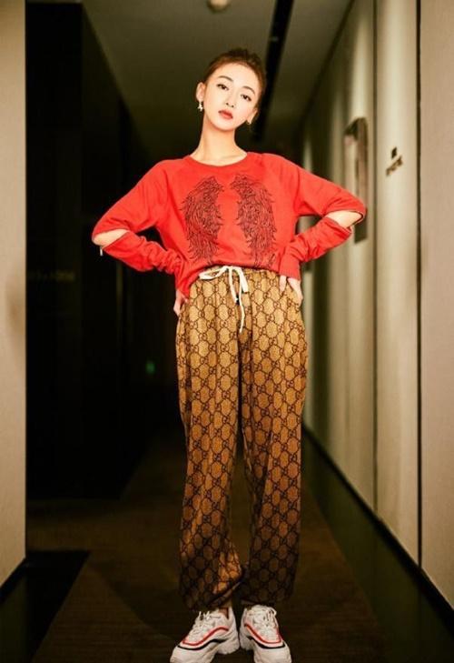 Trong bộ ảnh gần đây, Ngô Cẩn Ngôn không được đánh giá cao khi  diện chiếc quần bà thím rộng rãi bởi thân hình của cô quá  gầy.